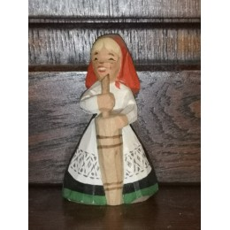 Henning carved by Han in Norway Figurine en bois Femme fermière du Folklore Norvégien