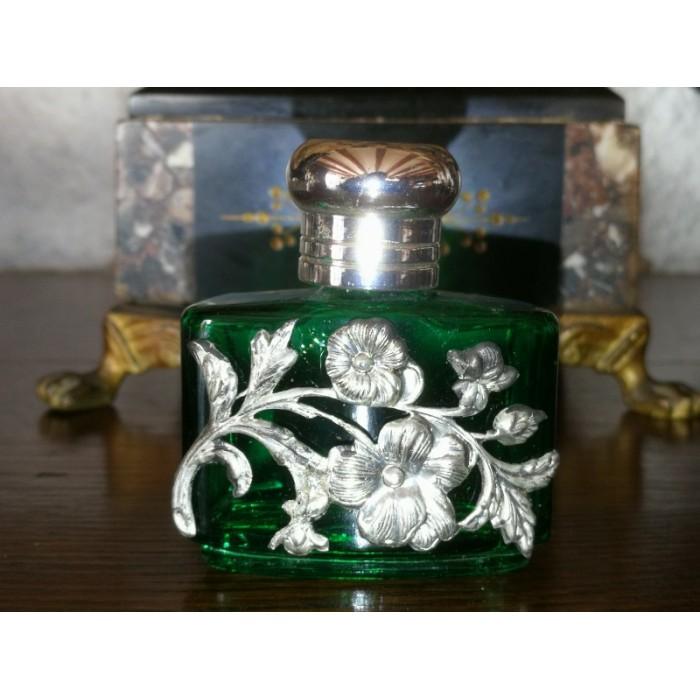 Joli flacon de parfum vert
