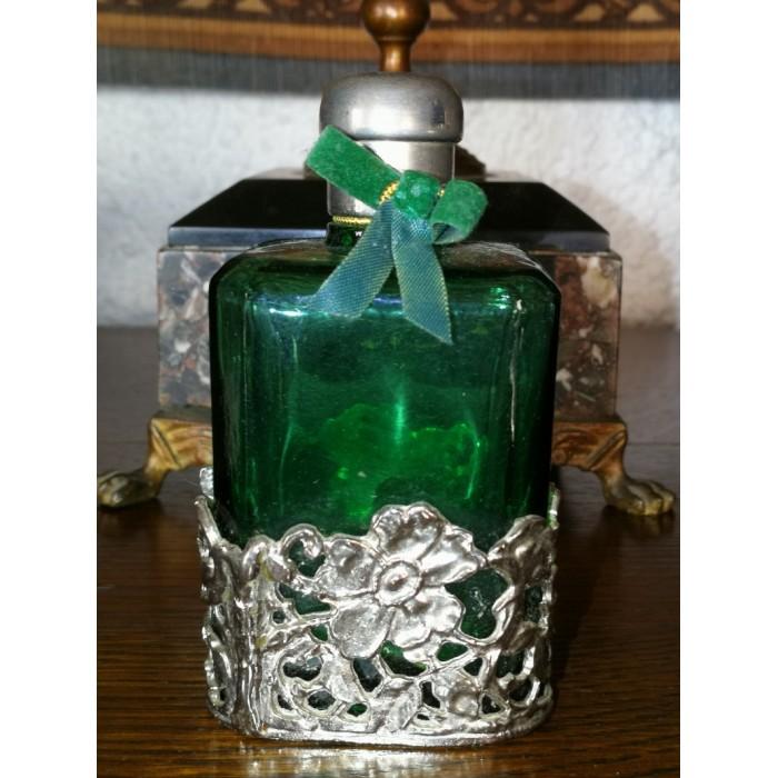 Flacon de parfum vert dans son écrin argenté
