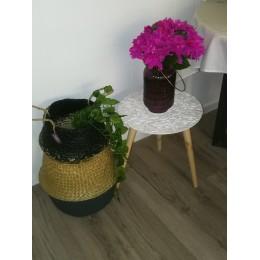 Table tripode blanche et pieds en bois naturel