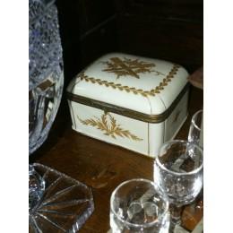 Boîte en porcelaine décorée
