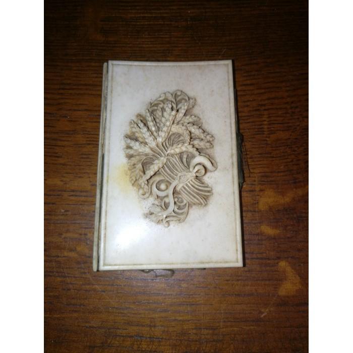 Carnet de souvenir de communion pplaqué d'ivoire à motifs fin XIXEME siècle début XXEME siècle