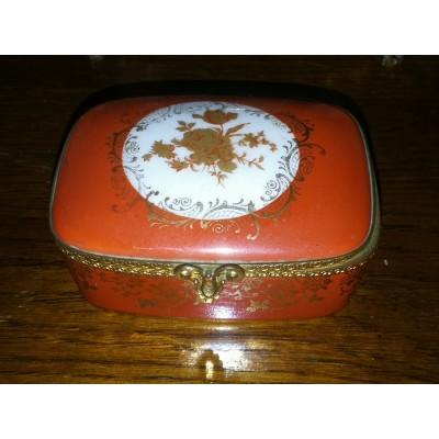 Boîte en porcelaine de limoges réhaussé de métal doré et décor