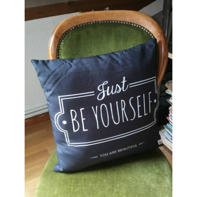 Coussin avec housse noir à message Just be yourself You are beautiful