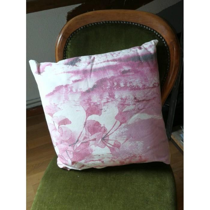 Coussin rose et blanc à motif floral